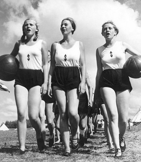 WW2 Photo Picture Young women League of German Girls